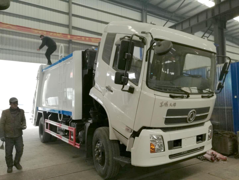 东风天锦4700轴距压缩垃圾车(后翻转可以挂铁桶又可以挂塑料桶)图片