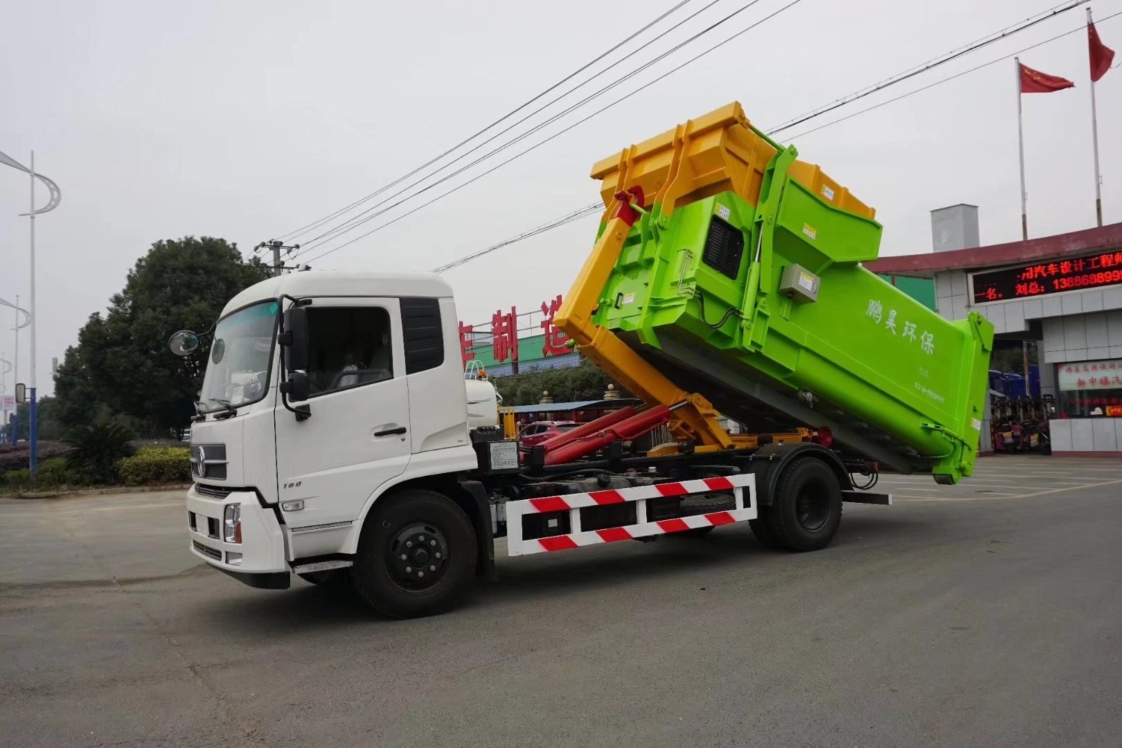 东风天锦12吨勾臂垃圾车