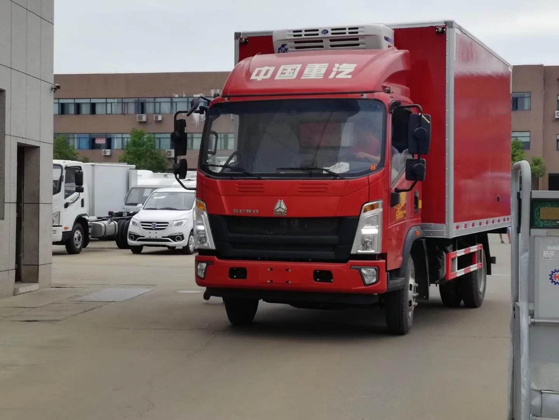 重汽豪沃蓝牌负15度冷藏车,外带22O伏外接电源,新款驾驶室,825轮胎,整车外形大气美观,漂亮的艳丽红