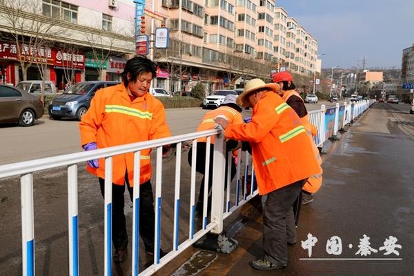 中国秦安清洁工人工作场景图