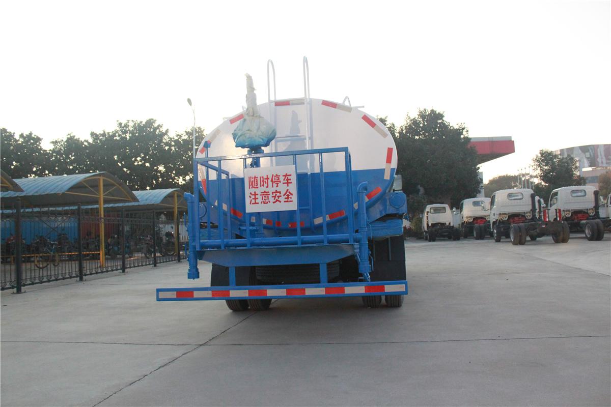 东风D7多利卡9.5吨洒水车图片