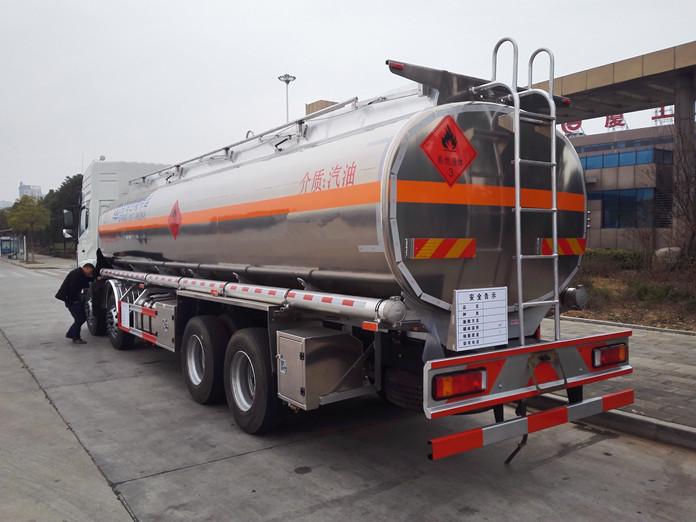 东风天龙铝合金油罐车准备回家啦!