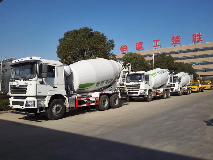 锦顺建材订购的七台陕汽德龙搅拌车发车情景图2