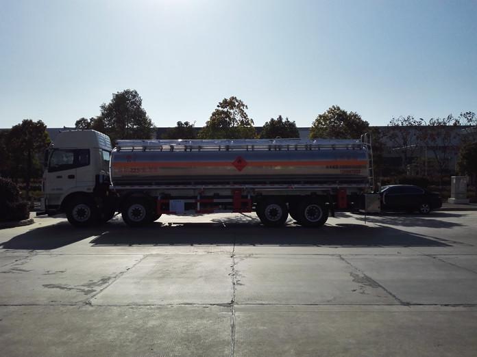 欧曼前四后六铝合金油罐车整装待发场景图3