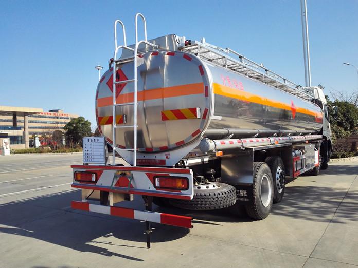 欧曼前四后六铝合金油罐车整装待发场景图5