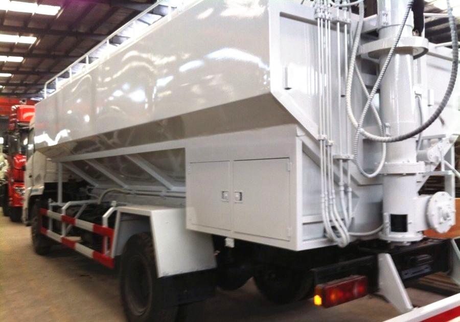 液壓散裝飼料運輸車圖片