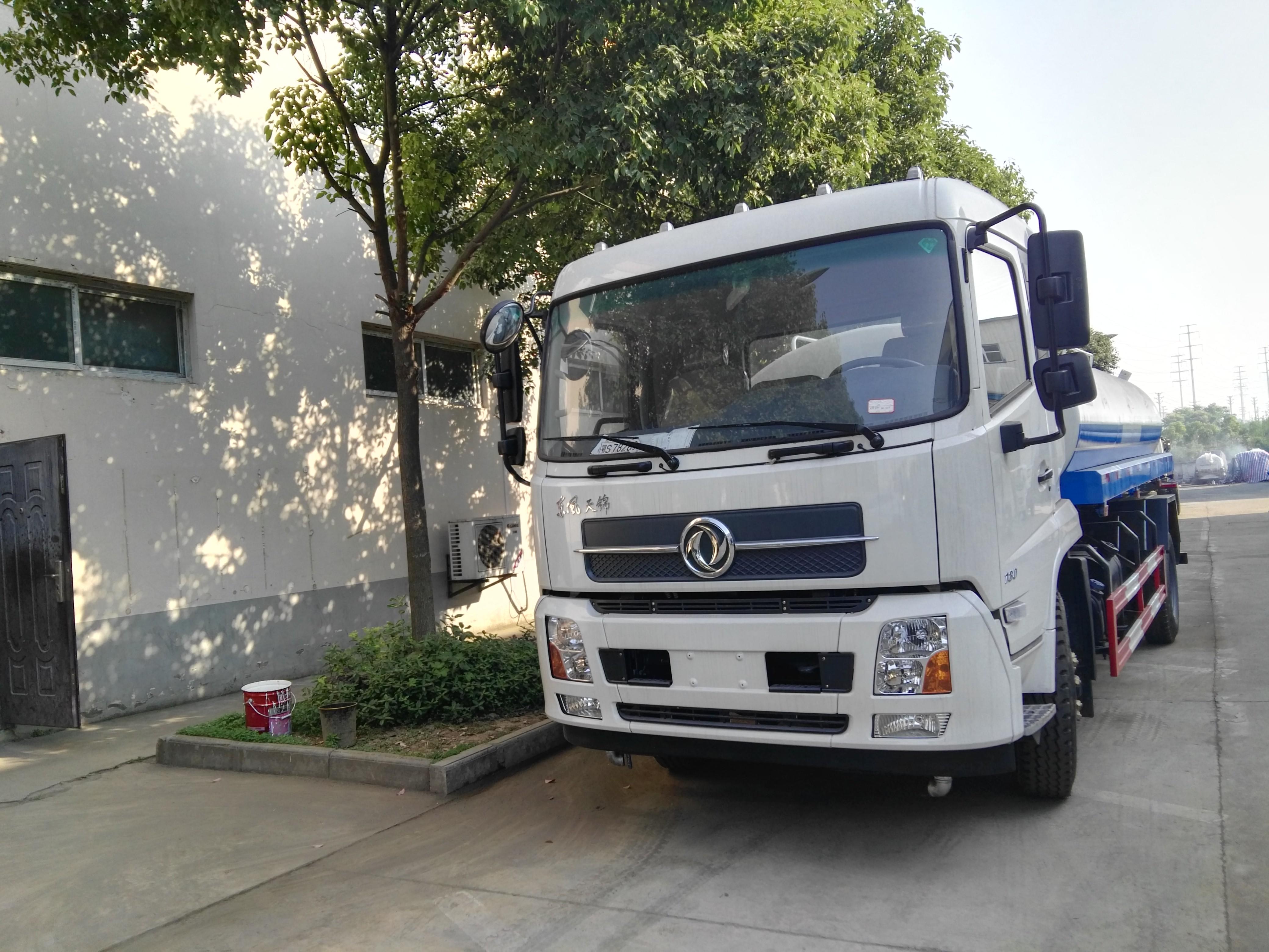 12吨东风天锦洒水车2