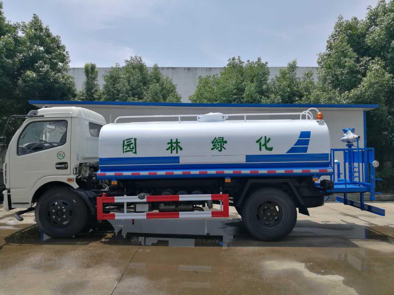 东风多利卡8.5吨洒水车图片