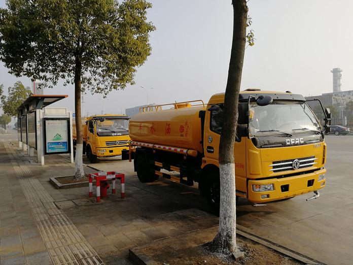 厦工楚胜两台8方洒水车开往浙江2