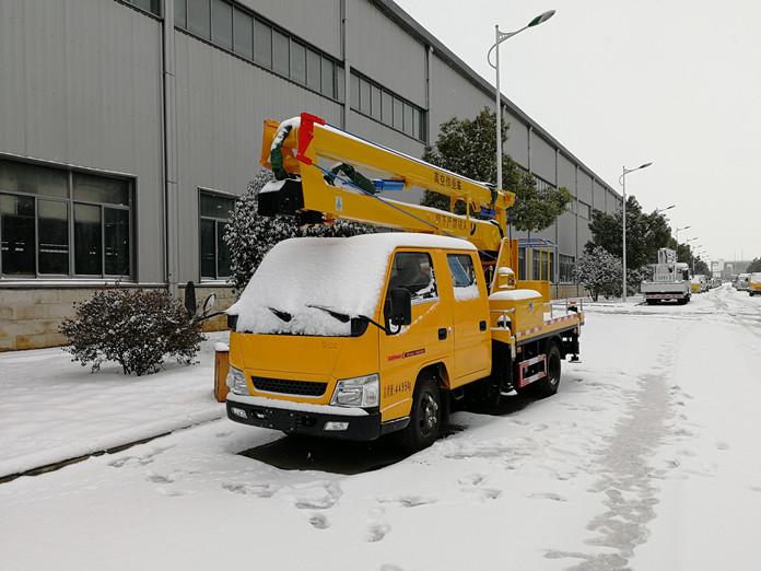 厦工楚胜12米高空作业车风雪中的魅力展示图1