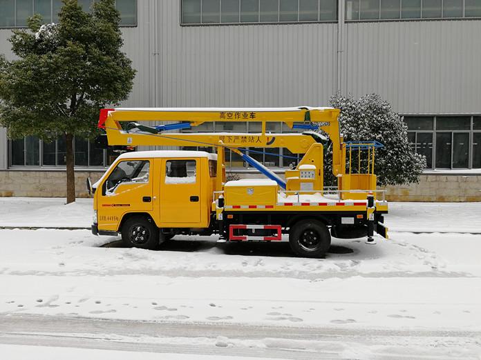 厦工楚胜 12米高空作业车风雪中的魅力展示图2