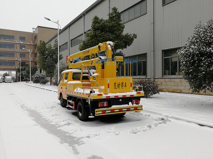 厦工楚胜12米高空作业车风雪中的魅力展示图3