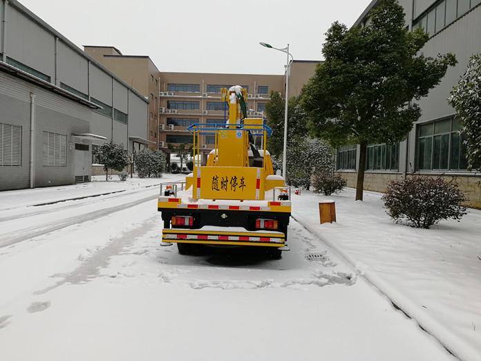 厦工楚胜 12米高空作业车风雪中的魅力展示图4