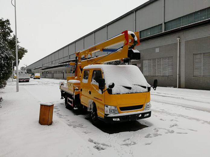 廈工楚勝12米高空作業車雪景圖片1