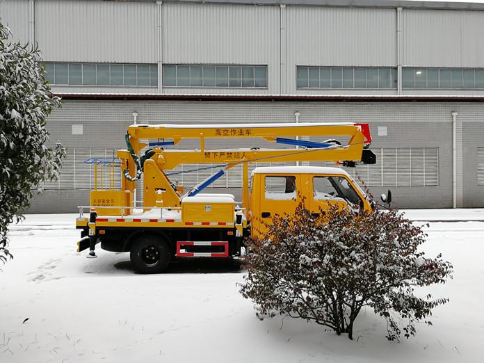 厦工楚胜12米高空作业车雪景图片2