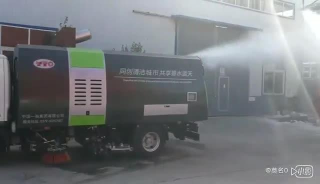 扫路车加雾炮工作视频