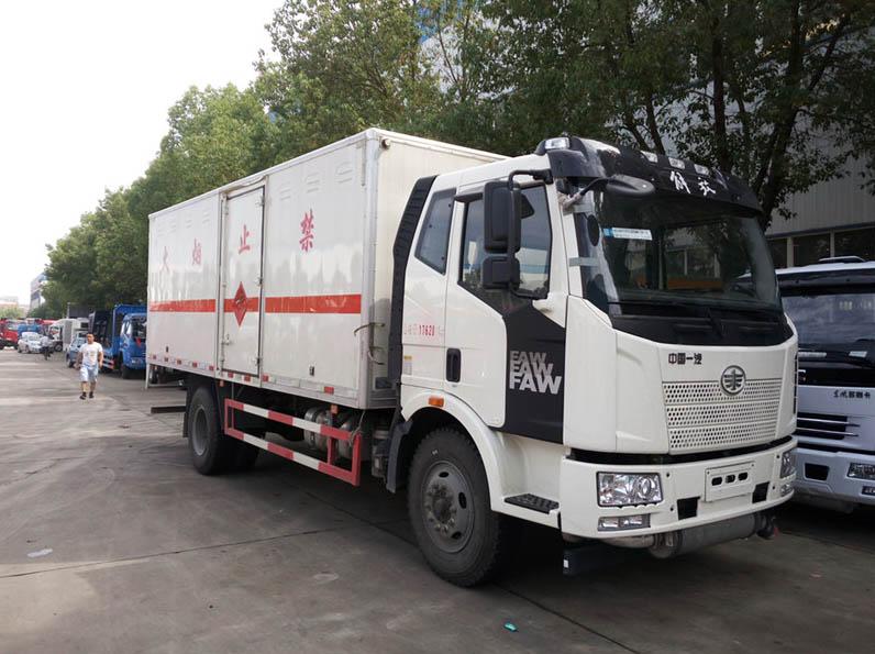 解放6.2米爆破器材运输车