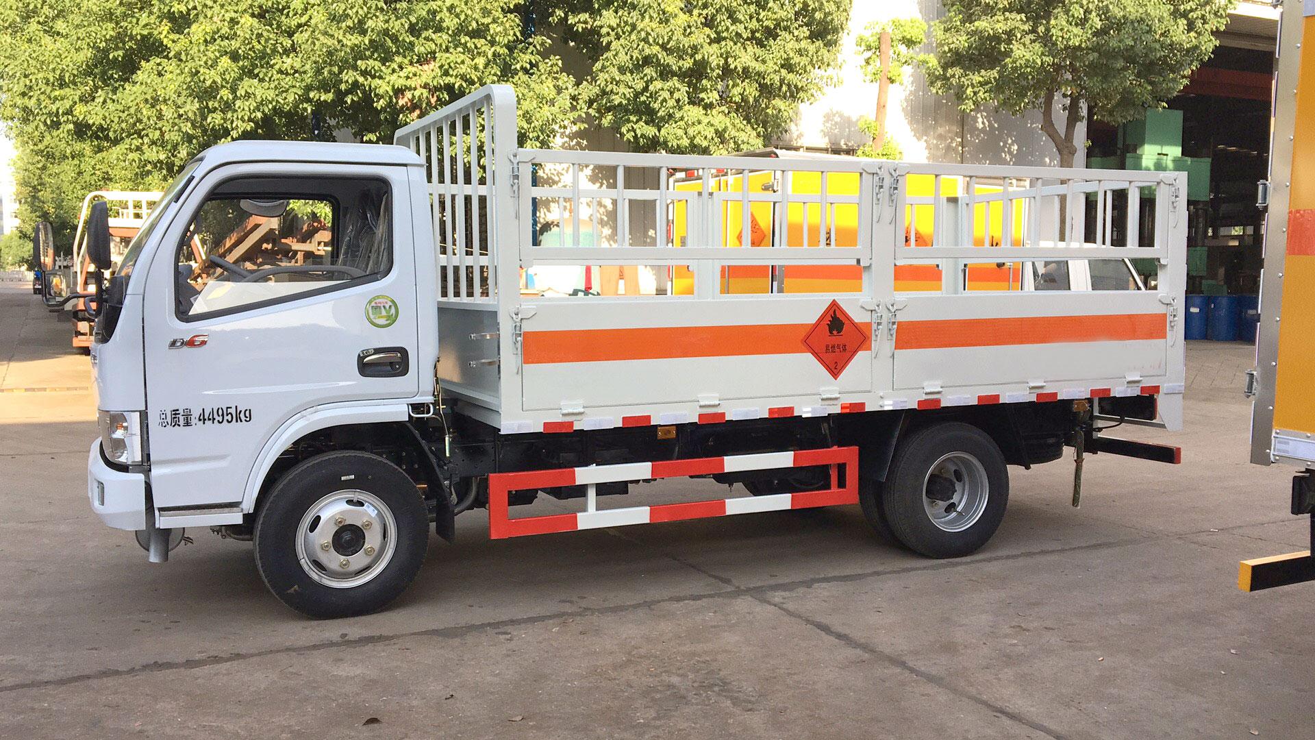 多利卡5.1米仓栏气瓶运输车