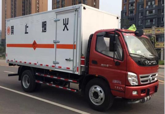 奥铃4.08米易燃液体厢式车