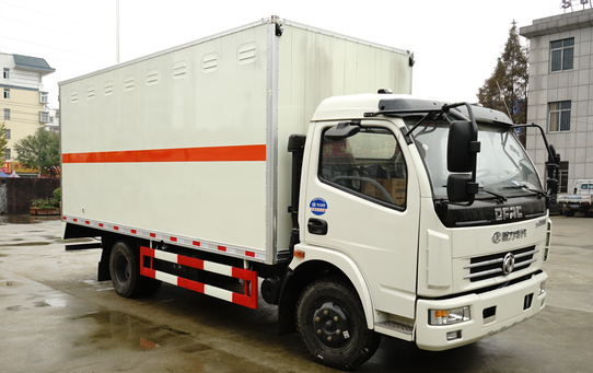 东风多利卡5.15米易燃液体厢式车图片