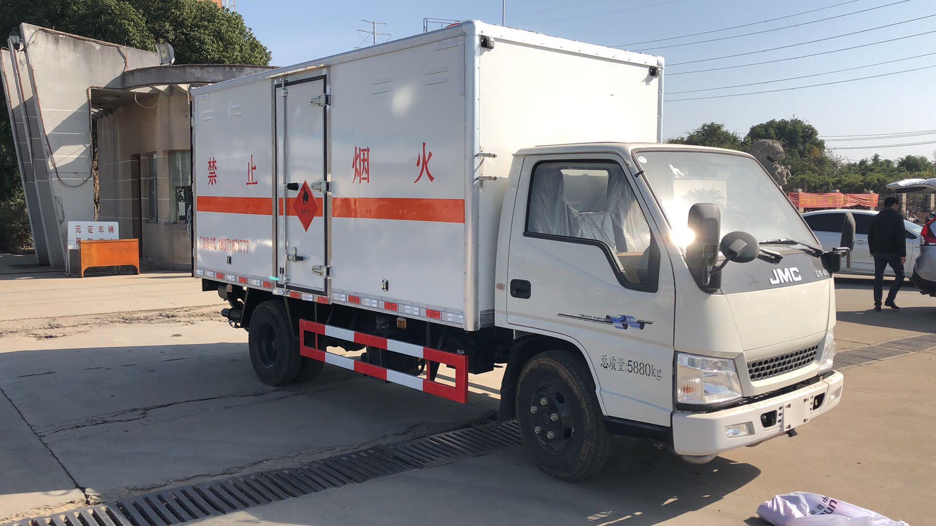 江铃4.2米气瓶厢式运输车图片