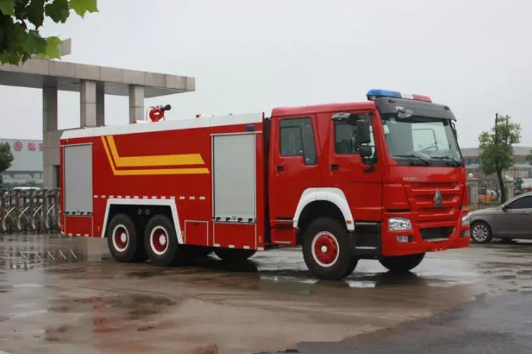 重型豪沃12吨水罐消防车图片
