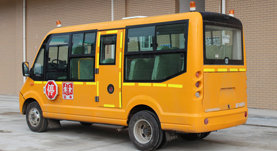 东风19座小学生校车。