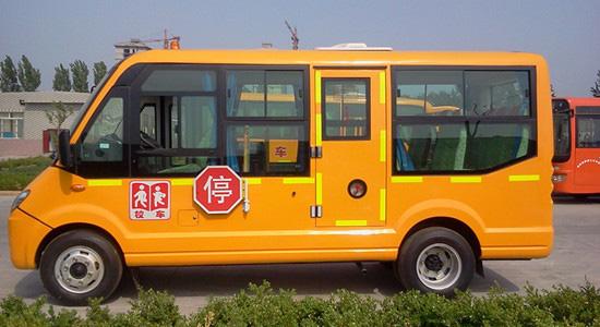 东风19座小学生校车。图片