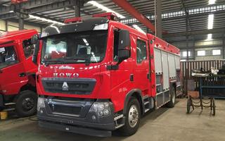 豪沃水罐消防车图片