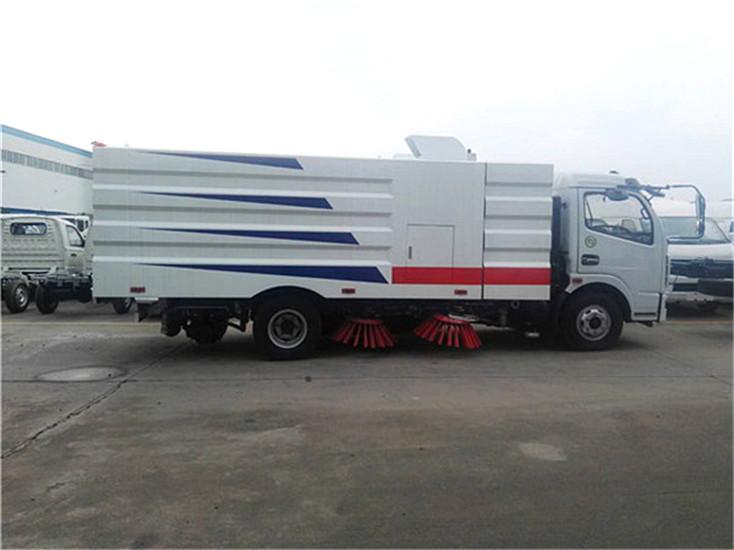 东风多利卡5吨扫路车