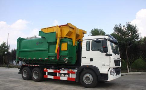 勾臂式垃圾车作业视频