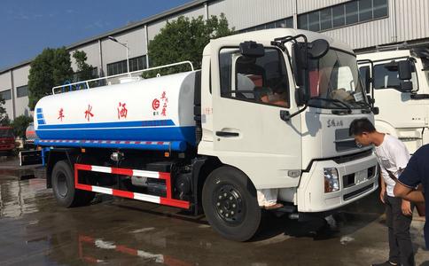 东风天锦12吨洒水车视频