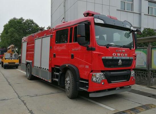 重汽豪沃8吨泡沫消防车