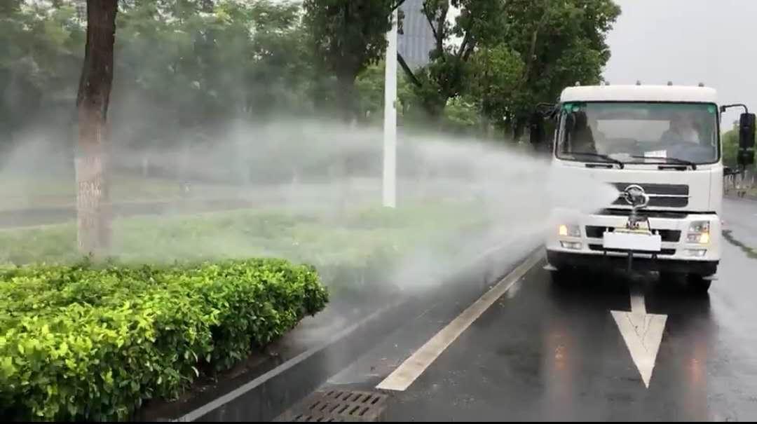 东风天锦12吨洒水车前冲电动高炮喷洒效果视频