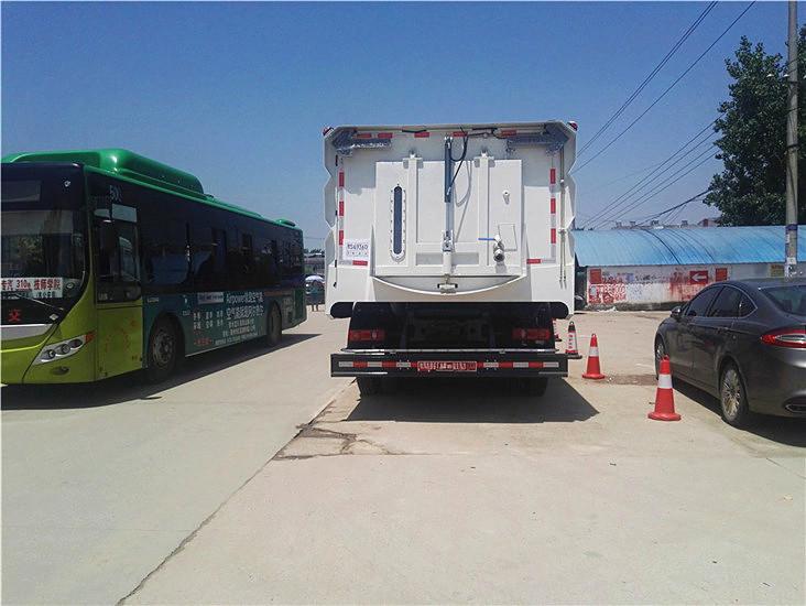 东风天锦12吨扫路车图片