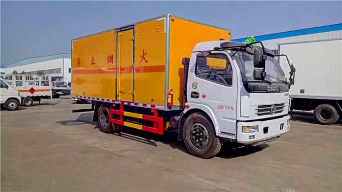 东风大多利卡5.1米易燃液体厢式运输车