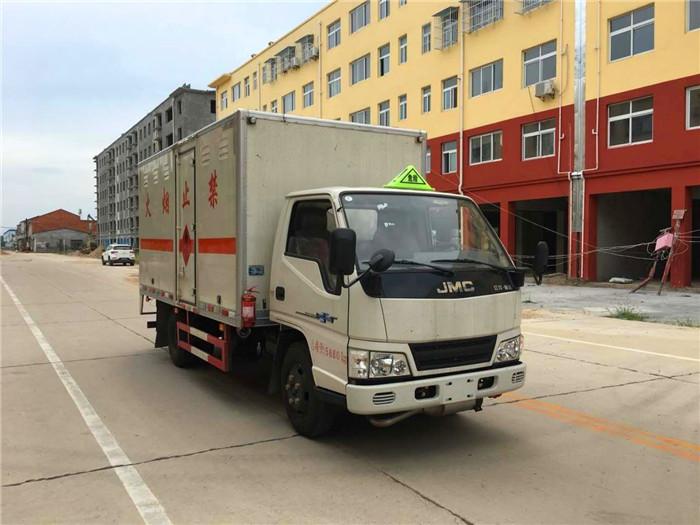 江铃4.1米易燃固体厢式运输车1.4吨