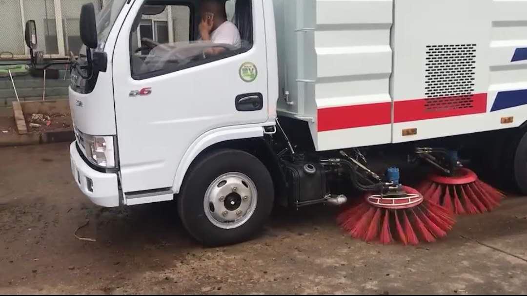 东风小多利卡扫路车