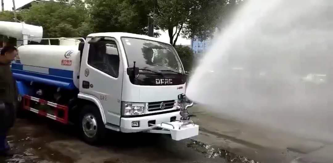 东风五方洒水车带30米雾炮视频