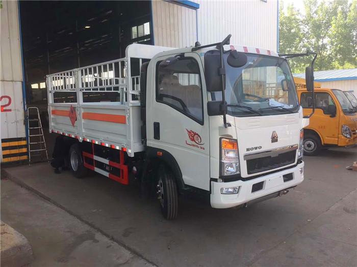 5.1米中国重汽豪沃5.2吨气瓶运输车