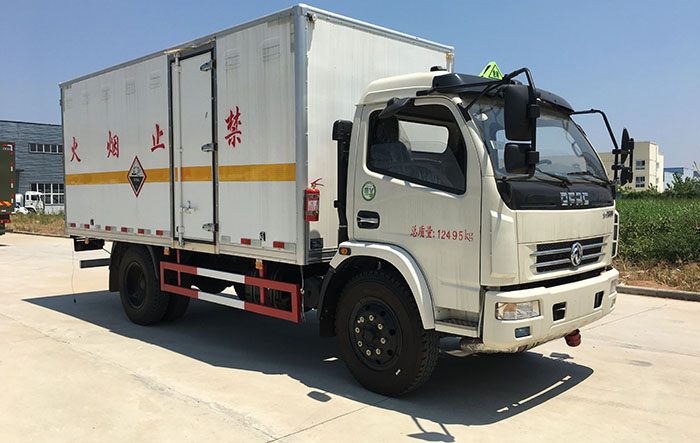 6.6吨东风多利卡杂项危险物品厢式运输车5米1
