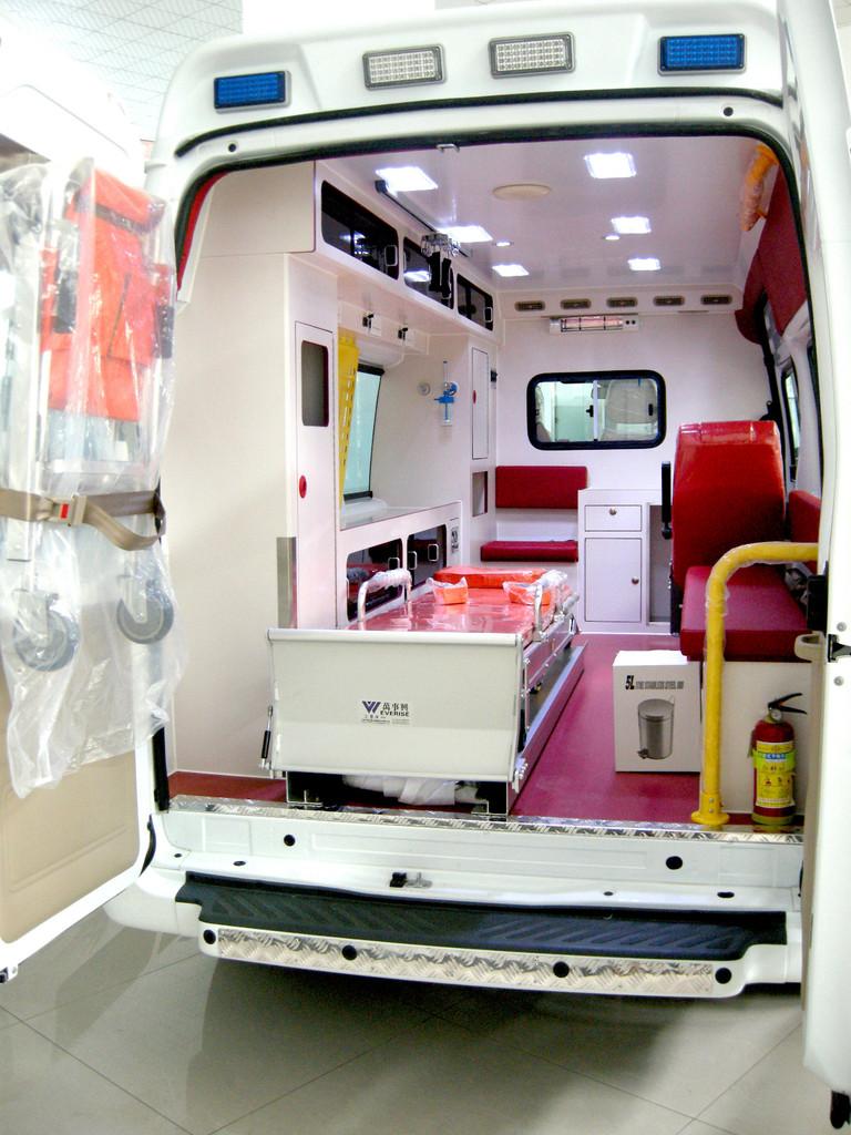 福特V348高顶救护车 (4)