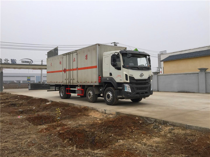 柳汽9.6米腐蚀性物品厢式运输车