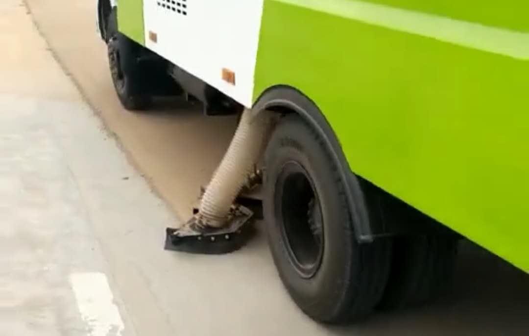 吸尘车挑战小石子灰尘路面工作环境