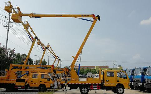 东风多利卡十六米叠臂式高空作业车工作现场视频