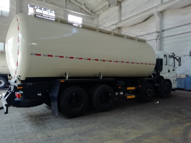 东风前四后八散装水泥车厂家价格仅需33.8万
