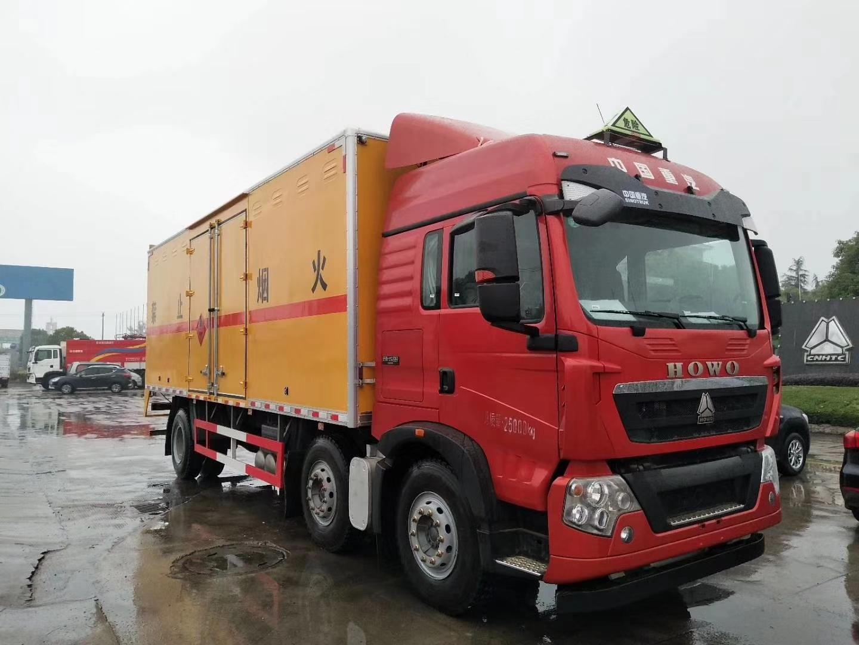 重汽豪沃小三轴易燃液体箱式运输车图片