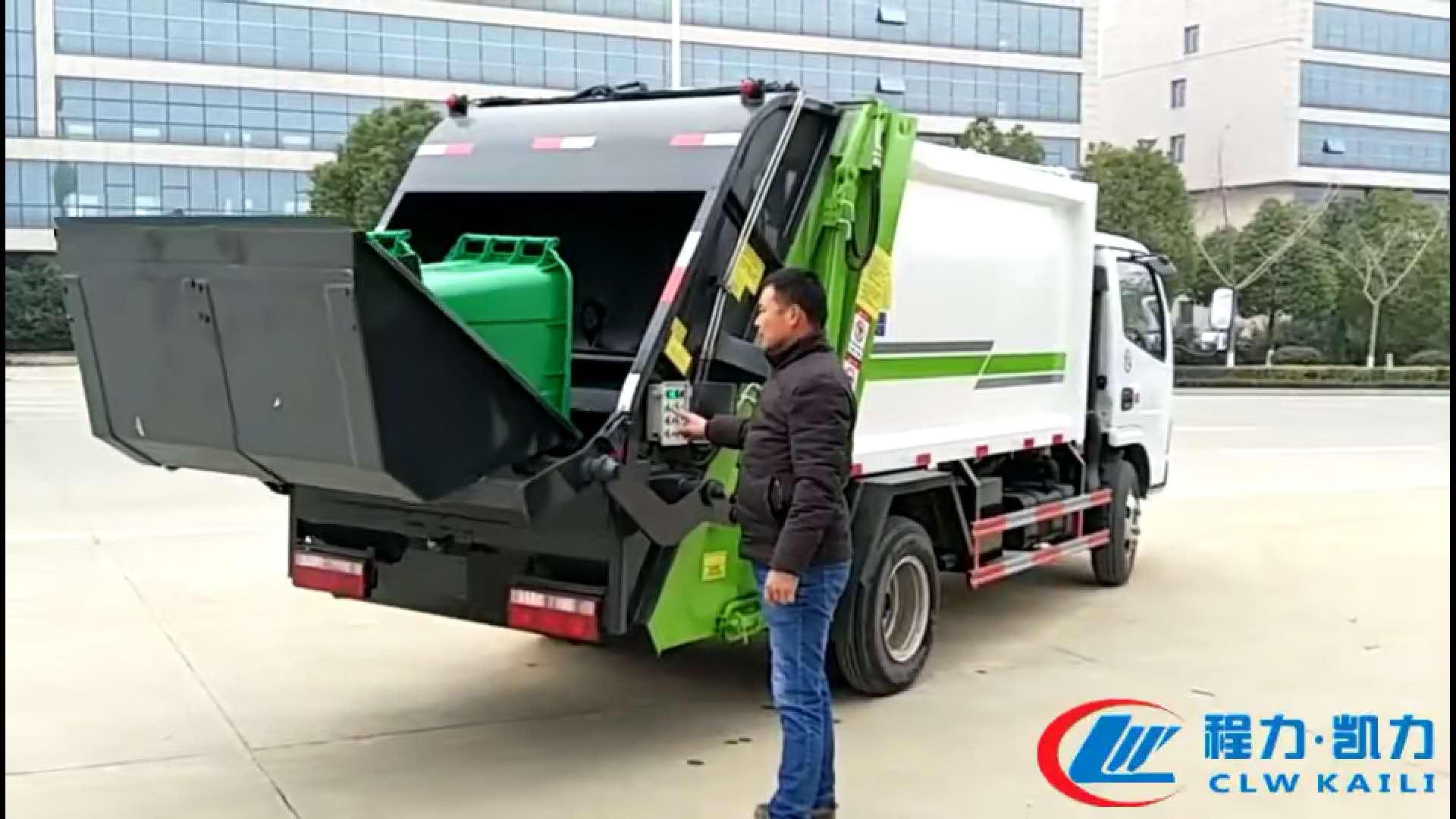 压缩垃圾车翻转斗与垃圾桶完美结合。