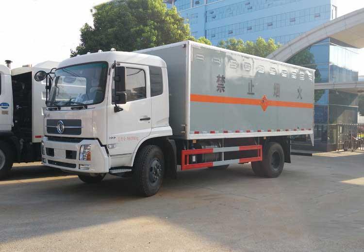 东风天锦6米1易燃气瓶厢式运输车