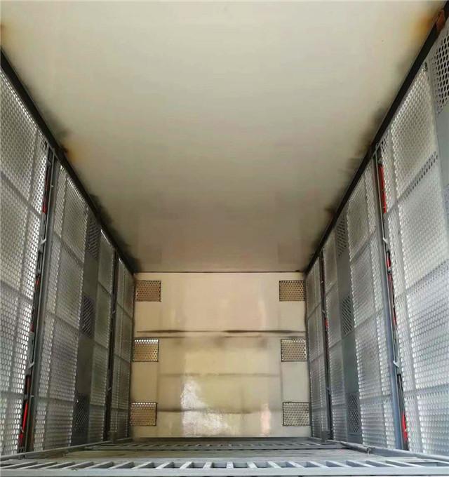 东风天锦运猪车箱体内部